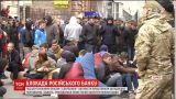 """Активисты установили круглосуточное дежурство под харьковским офисом """"Сбербанка"""""""
