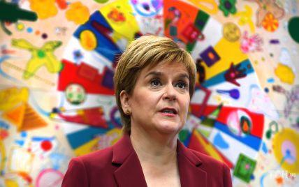 В костюме винного цвета и с серьгами-гвоздиками: деловой аутфит первого министра Шотландии