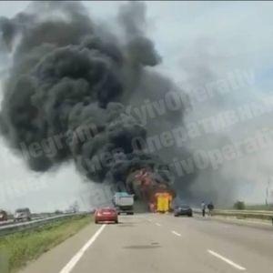 Все в черном дыму: в Одесской области на трассе горит двухэтажный пассажирский автобус (фото)