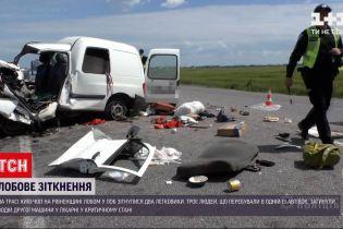 """Новини України: на трасі """"Київ-Чоп"""" лоб у лоб зіткнулися дві машини, пасажири легковика загинули"""