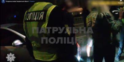 В Ужгороді нетвереза пасажирка таксі вдарила поліцейську і зірвала з неї сережку (відео)