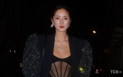 Має гламурний вигляд: модель з Лондона сходила до ресторану у прозорому боді