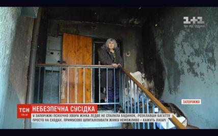 У Запоріжжі психічно хвора пенсіонерка тримає у страху під'їзд: жінка ледь не спалила будинок