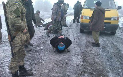 Біля 29 блокпосту на фугасі бойовиків підірвалося авто з мирним жителями – військовий