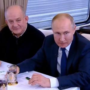 У кабіні машиніста та вагоні-ресторані. Путін в окупованому Криму відкрив незаконну залізницю через міст