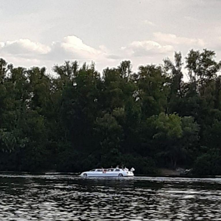 В Киеве на Черторие заметили аквалимузин
