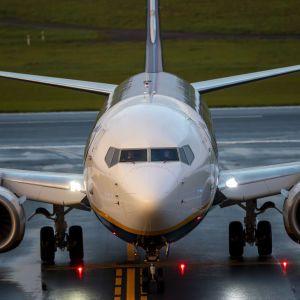 У Польщі екстрено посадили літак, який летів до України: в чому причина