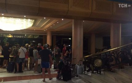 """""""Ми просто мучимося!"""": понад 200 українських туристів цілий день не можуть вилетіти з Хургади"""