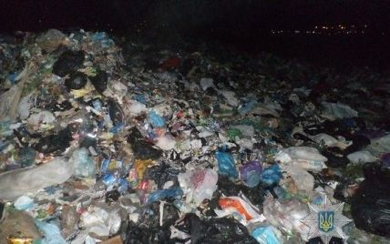 На Запоріжжі невідомі серед ночі вивантажили у полі сотні тонн львівського сміття