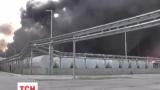 Рядом с охваченной огнем нефтебазой расположены еще два взрывоопасных объекта