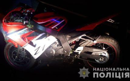 На Закарпатті в ДТП загинув 34-річний мотоцикліст: під час огляду тіла поліція знайшла підозрілий згорток