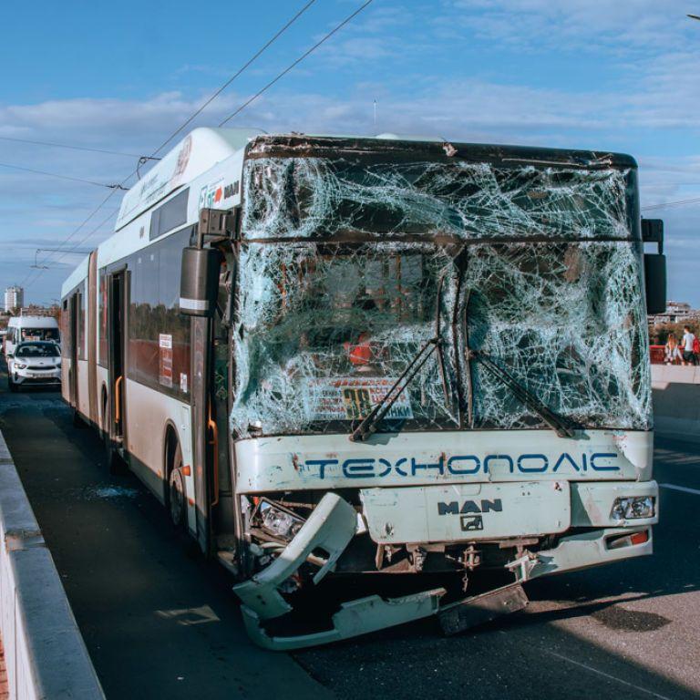 В Днепре столкнулись ВАЗ и 2 автобуса: 3 человека госпитализировали