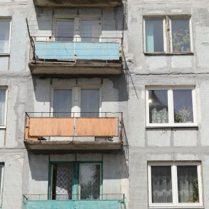 Дебош в Днепре: мужчина бросался консервацией, повредил авто скорой и пытался сжечь балкон соседа