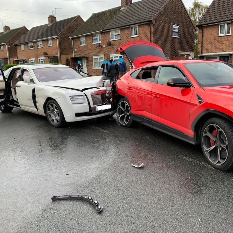 ДТП более чем на полмиллиона долларов: в Великобритании Rolls-Royce врезался в Lamborhini