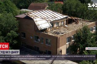 Новини України: у Первомайську зірвало дах суду і тисячі документів з горища рознесло вітром