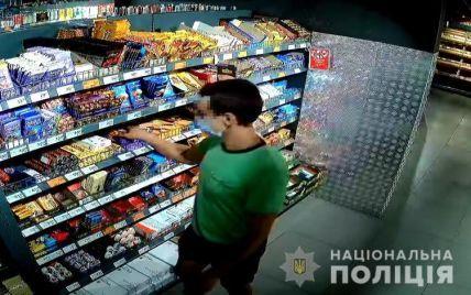 Кулаком нанес удар в голову: в Киеве задержали парня, который избил охранника супермаркета (видео)