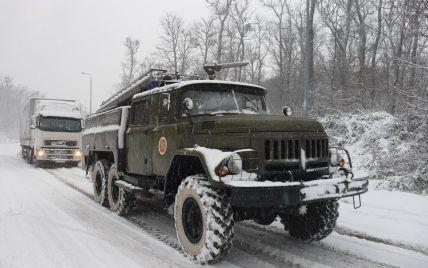 На Закарпатті через снігопад обмежено рух вантажівок