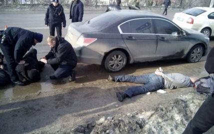 У Кропивницькому невідомі влаштували стрілянину з різаниною біля районного суду