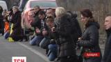 На Львівщині навколішках зустріл труну із загиблим у зоні АТО Тарасом Дорошем