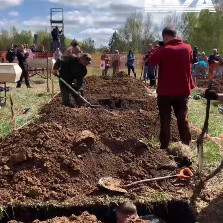 В России в разгар пандемии устроили соревнования по скоростному копанию могил (видео)