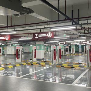 Tesla відкрила свою найбільшу зарядну станцію в світі: відео