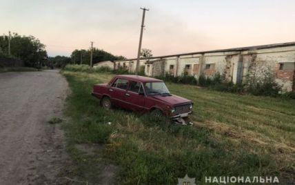 Пролетіла десять метрів і вижила: у Вінницькій області п'яний батько 6 дітей збив візочок з 11-місячною дівчинкою