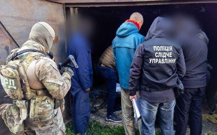 Изготавливали и хранили: в Черновцах обнаружили цех с оружием и наркотиками