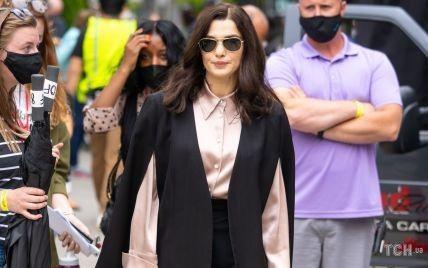 В пудровой рубашке и костюме: стильная Рэйчел Вайс на съемках