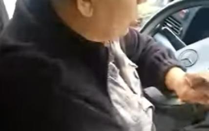 """""""Хто бажає її вигнати?"""": у Дніпрі водій маршрутки відмовився везти жінку з інвалідністю та провокував пасажирів (відео)"""