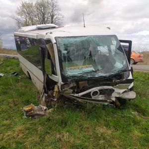 На Прикарпатті легковик влетів у рейсовий автобус: є жертви і постраждалі