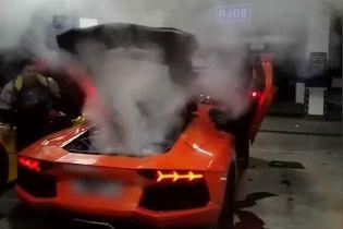 У Китаї чоловік вирішив підсмажити м'ясо завдяки Lamborghini, але мало не залишився без суперкара: відео