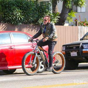 В растянутых шортах: Арнольд Шварценеггер вышел на велопрогулку