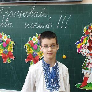 Діти непритомніли, мама притискала до грудей іграшку: у Львові поховали хлопчика, який загинув на шкільній екскурсії