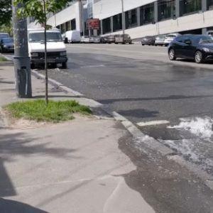 """""""Гейзер"""" у вокзала: в Киеве снова прорвало трубу"""