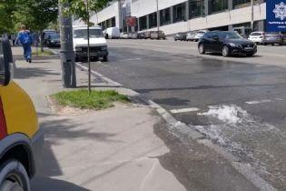 """""""Гейзер"""" біля вокзалу: у Києві знову прорвало трубу"""