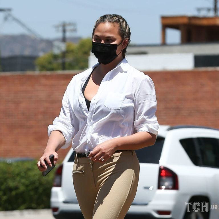 В топе и расстегнутой рубашке: Крисси Тейген вышла на прогулку в Лос-Анджелесе