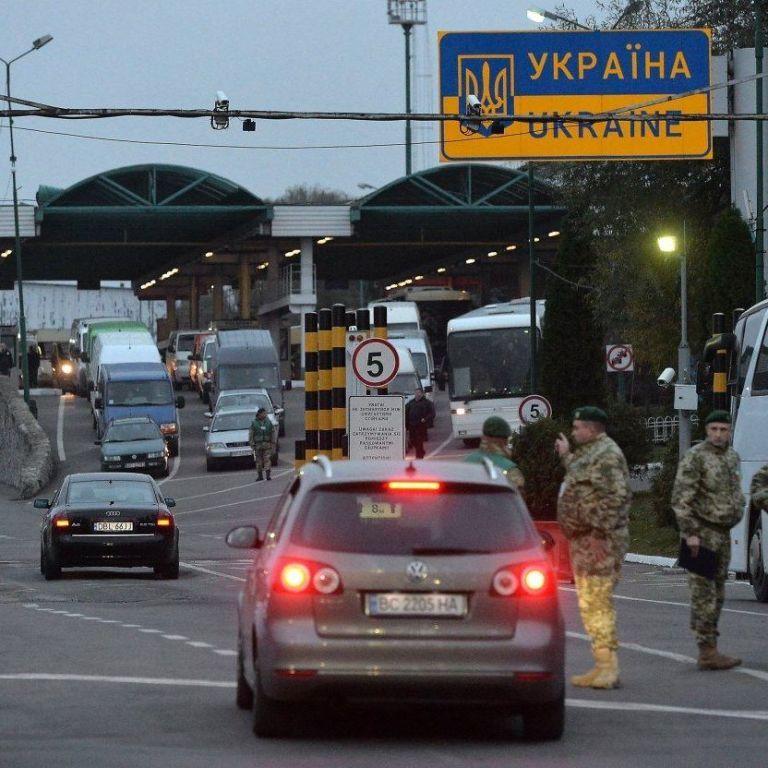 Українці стоять у кілометрових заторах, повертаючись додому з Польщі