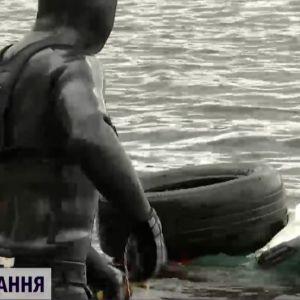 Подготовка к купальному сезону: как водолазы чистили Днепр и столичные пляжи от мусора