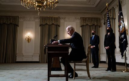 Розмова між Зеленським і Байденом відкладається через низку причин: американські ЗМІ пояснили, на що чекають США