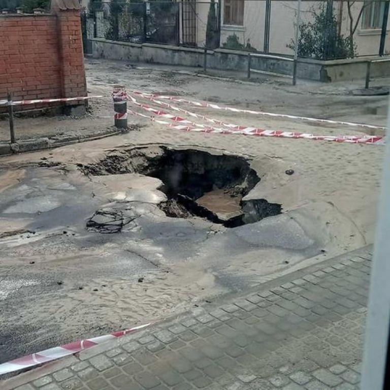 Во Львове образовалась пропасть на всю улицу