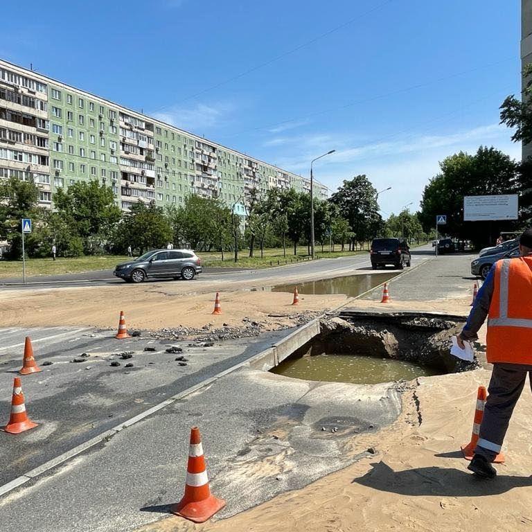 Улицу затопило, движение затруднено: в Киеве посреди дороги прорвало трубу (фото, видео)