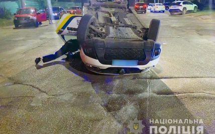 У Чернівцях поліцейські потрапили в ДТП: авто перекинулось на дах (фото)