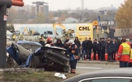 В Киеве Chevrolet налетел на столб в ужасном ДТП