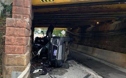 В США водитель автовоза по глупости разбил два внедорожника