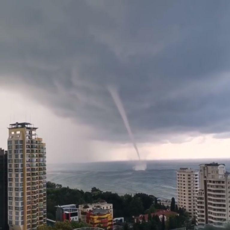 У берегов российского курорта формируются мощные смерчи: видео