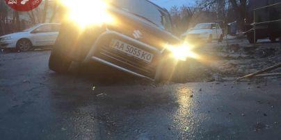 У Києві джип провалився у величезну яму посеред дороги