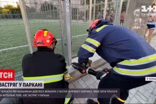 Новости Украины: 10-летний мальчик хотел пролезть под забором на стадион и застрял
