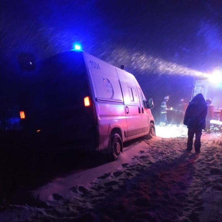 Швидка застрягла у переметах: в Одеській області немовля померло під час пологів у заметеному снігом селі
