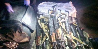 В Одесі затримали військового-контрактника, який збирався завезти 12 автоматів на Майдан – Матіос