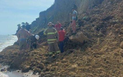 Зсув ґрунту на пляжі в Лебедівці: рятувальники попереджають про нову загрозу обвалу